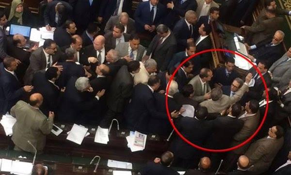بالفيديو : تعليق غريب من توفيق عكاشه على ضربه بالجزمه من النائب احمد كمال