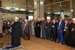 محافظ الشرقية يؤدي صلاة الجمعة بمسجد الفتح بمدينة الزقازيق