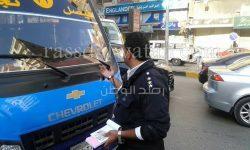 بالصور…حملات رجال المرور بشارع فيصل لعودة الانضباط للشارع