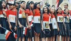100 طفل يرتدون أعلام مصر ضد الإرهاب بشارع المعز