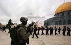 قوات الاحتلال تزيل العلم الفلسطينى من فوق المسجد الاقصى.
