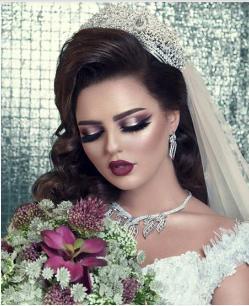 5e999172d0858 ... الفستان وحفل الزفاف، فمثلاً التاج الكلاسيكي يناسب حفلات الزفاف  التقليدية والفستان الكلاسيك، بينما التاج المصنوع من الزهور أو اللؤلؤ وما  شابه من الأفكار ...