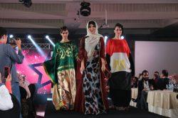 """بالصور…مصممة الأزياء السعودية """"أميمة عزوز"""" تمزج العبايات الخليجى بفساتين السهرة بعرض مهرجان """"موشن فاشون"""""""