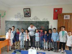 ملك الراى المغربى يفاجىء مدرسة أطفال بزيارة غير متوقعة