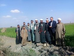 مزارعى عزبة منشية الإيمان بجنوب بورسعيد وعرض شكواهم على أمين عام نقابة الفلاحين بعدم وجود مياه الشرب.