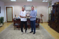 رئيس جامعة سوهاج يكرم مدرب منتخب مصر للكرة الشاطئية سيدات