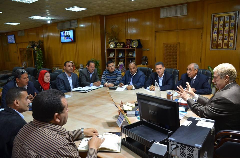 محافظ الإسماعيلية يناقش مشكلات قرى عين غصين وتوابع المنايف