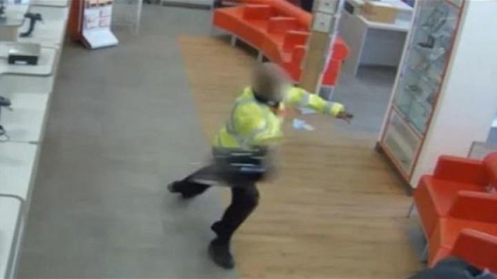بالفيديو حارس أمن يقاوم لصاً بخوذته